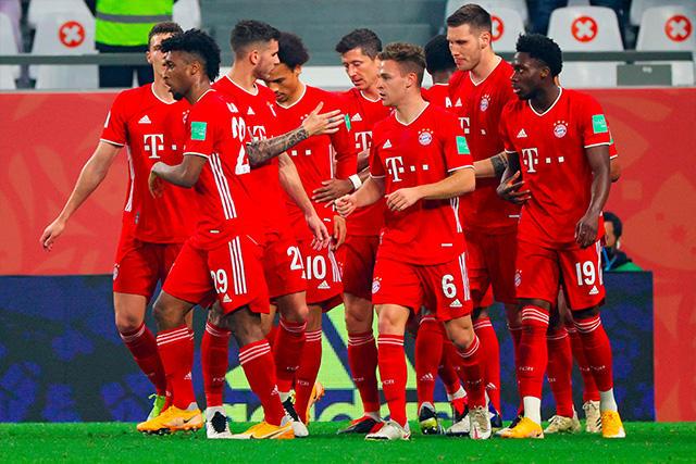 Jugadores del Bayern celebran el gol de Pavard ante Tigres