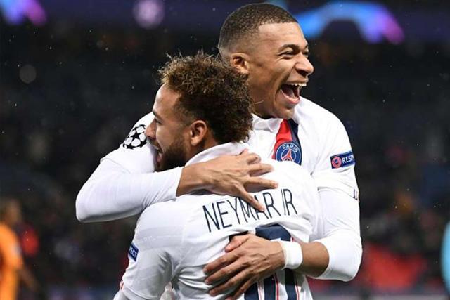Mbappé celebra con Neymar un gol en Champions League