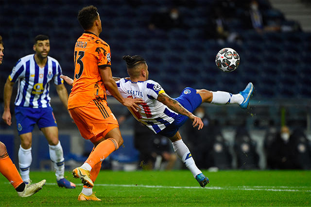 Tecatito Corona intenta gol de chilena ante la Juventus