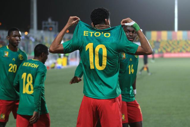 Etienne Eto'o celebra uno de sus goles ante Mozambique