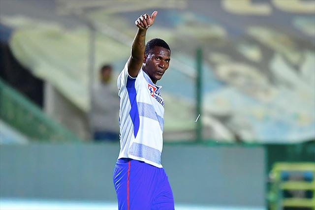 Bryan Angulo celebra su gol ante León que le dio el triunfo a Cruz Azul