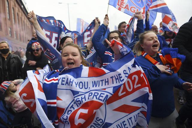 Los aficionados del Rangers festejaron en las calles