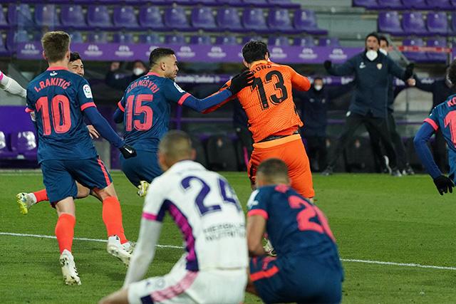 Bono, portero del Sevilla, anota el gol del empate en el último minuto