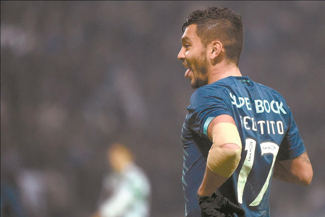 Tecatito Corona arma gran jugada que termina en gol del Porto
