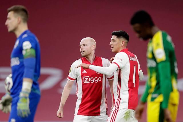 Edson celebra con sus compañeros el gol
