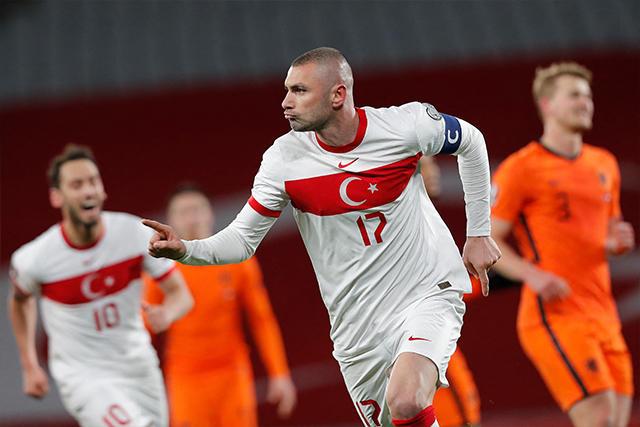 Yilmaz celebra uno de los tres goles que le anotó a Países Bajos