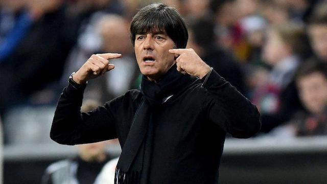 Löw dirigiendo un partido de la selección alemana