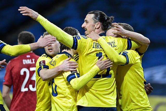 Zlatan Ibrahimovic y Suecia celebran el gol del triunfo ante Georgia