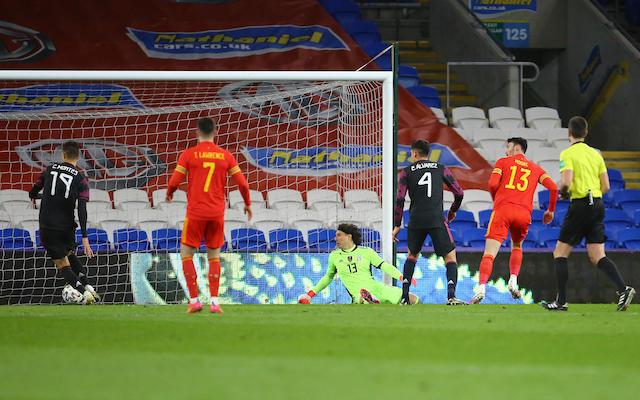 El gol de la selección de Gales ante la mirada de Ochoa