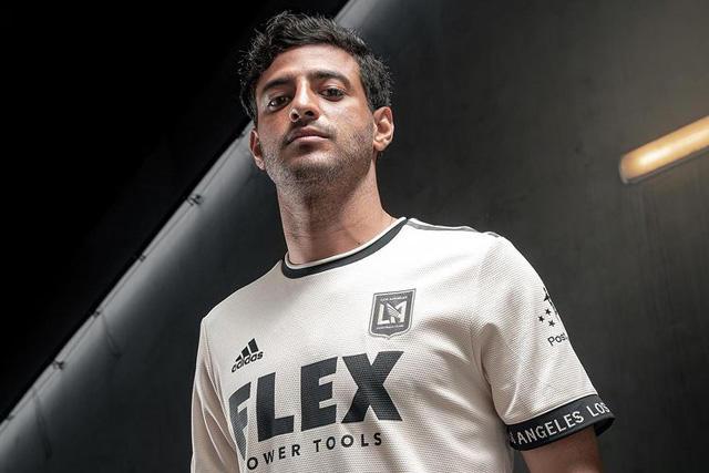 Carlos Vela modelando el nuevo jersey del LAFC