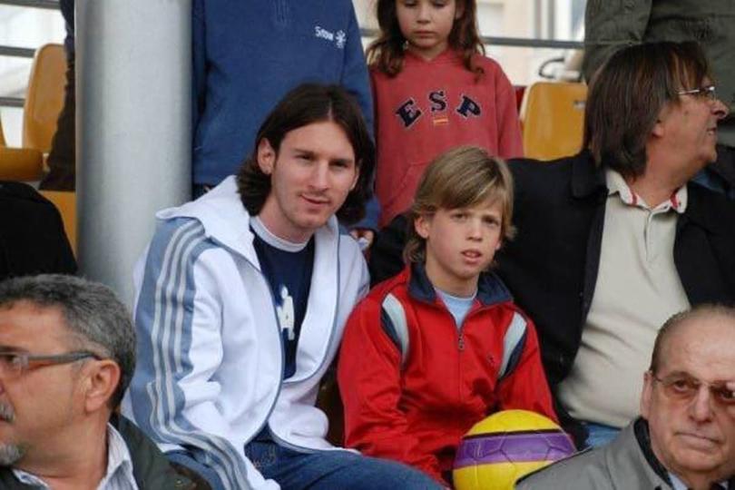 Dani Olmo junto a Messi
