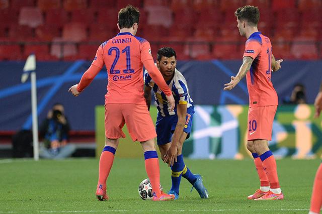 El error del Tecatito Corona que le dio el segundo gol al Chelsea