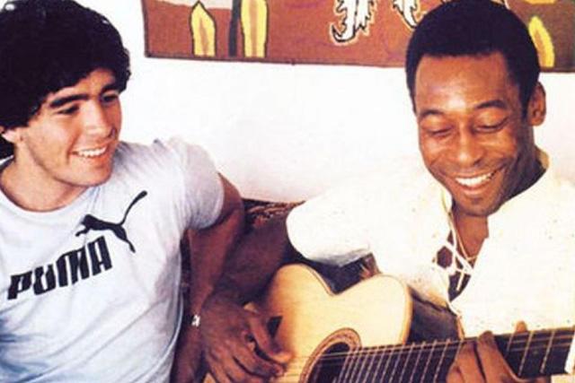 Maradona junto a Pelé tocando la guitarra