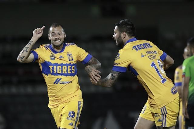 Diente López festeja uno de sus goles con Gignac