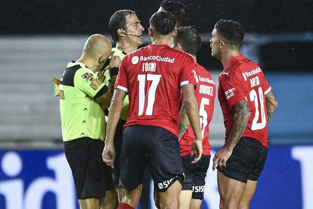Podrían repetir el Racing vs Independiente por error arbitral