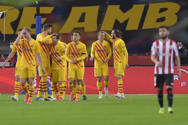 Los jugadores abrazan a Messi tras el gol