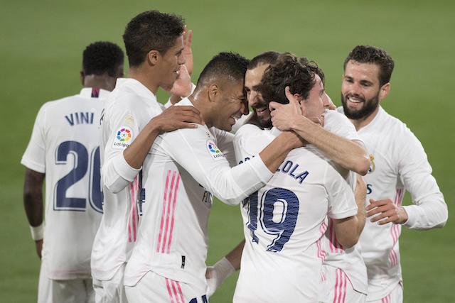 Compañeros del Real festejan el gol de Benzema