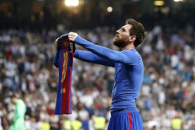 Messi mostrando su jersey al Bernabéu en el Clásico de 2017