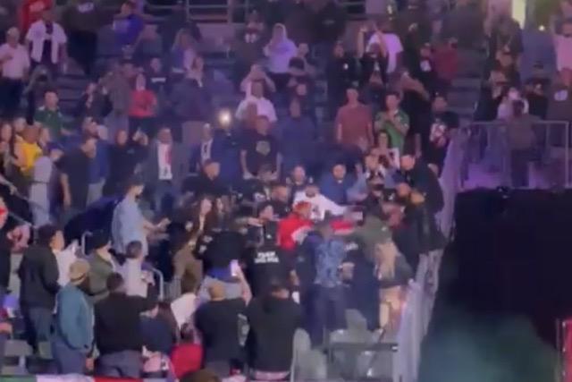 Aficionados se pelean durante la pelea de Andy Ruiz