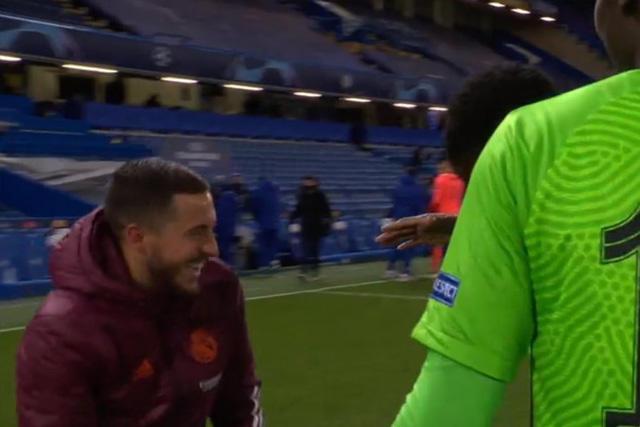 Eden Hazard a las risas con los jugadores del Chelsea