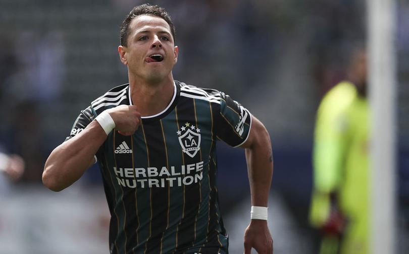 Chicharito se estrena como goleador en el Clásico del Tráfico