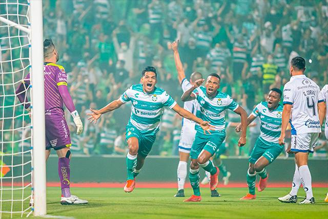 Eduardo Aguirre celebra su gol ante Puebla