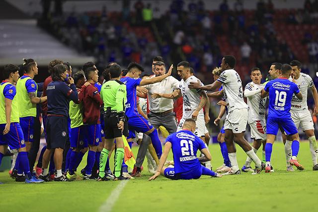 Jugadores de Cruz Azul y Pachuca discutieron antes de acabar el partido