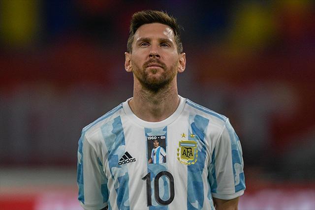 Lionel Messi portando el parche especial para Maradona