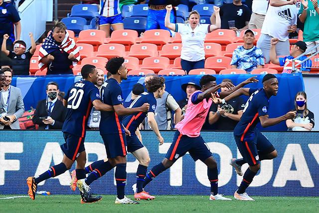 Siebatcheu celebra el gol que le dio el pase a Estados Unidos a la final de la Nations League