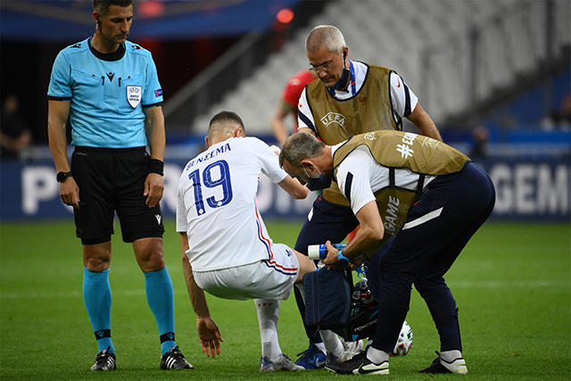 Karim Benzema es atendido tras recibir un golpe en la rodilla derecha