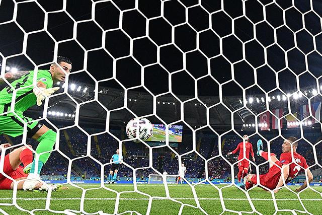 Un mal encuentro de Demiral terminó dándole el primer gol a Italia