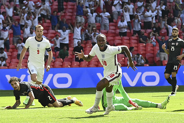 Sterling festejó su primer gol con Inglaterra en un torneo mayor y el 1-0 contra Croacia en la Euro