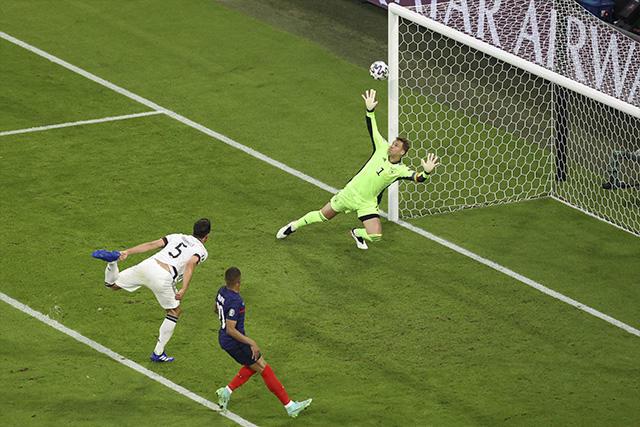 Hummels marca en propia puerta para abrir el marcador a favor de Francia