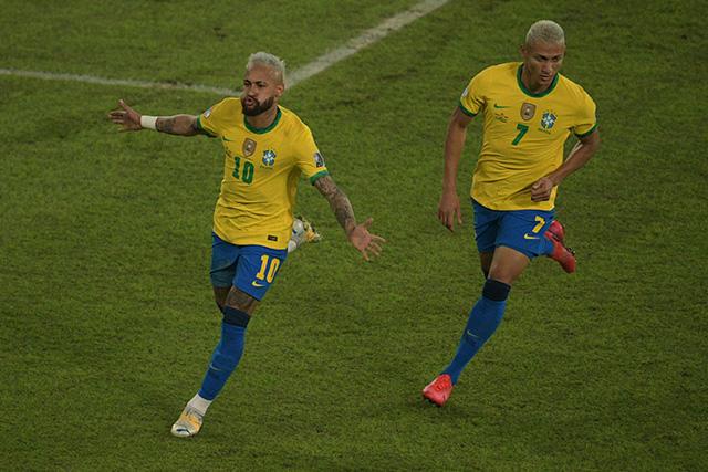 Neymar celebra su gol ante Perú, el 2-0 del partido