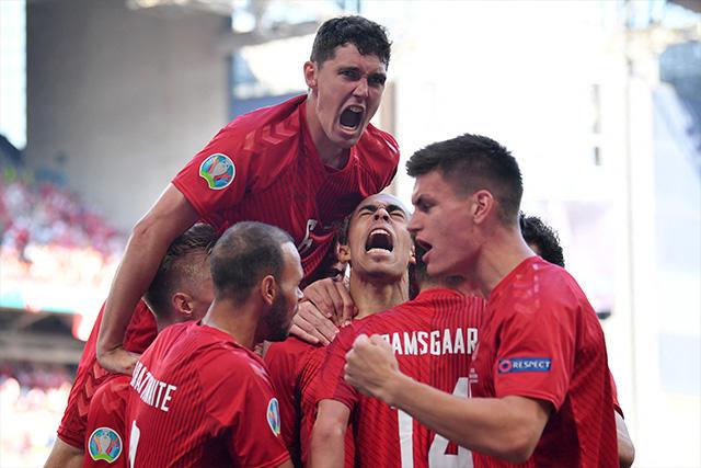 Jugadores de Dinamarca celebran su gol ante Bélgica