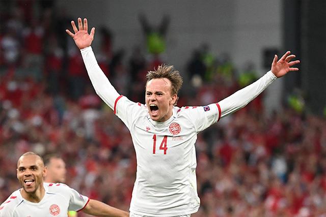Damsgaard celebra su gol ante Rusia