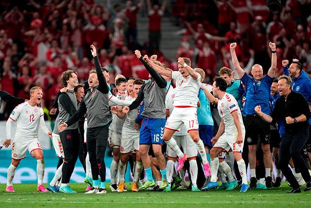 Dinamarca celebra su triunfo y pase a octavos de final