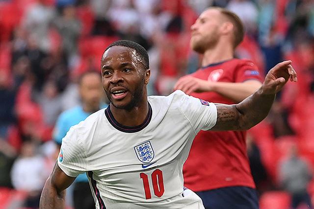 Sterling celebra su gol ante República Checa que le da el liderato del Grupo D a Inglaterra