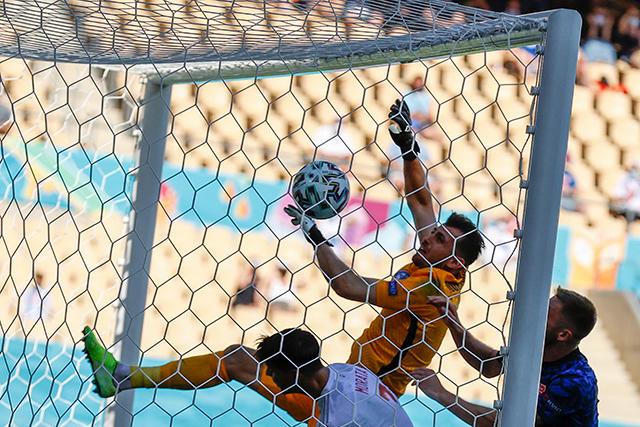 Dubravka despejó mal y le dio el primer gol a España