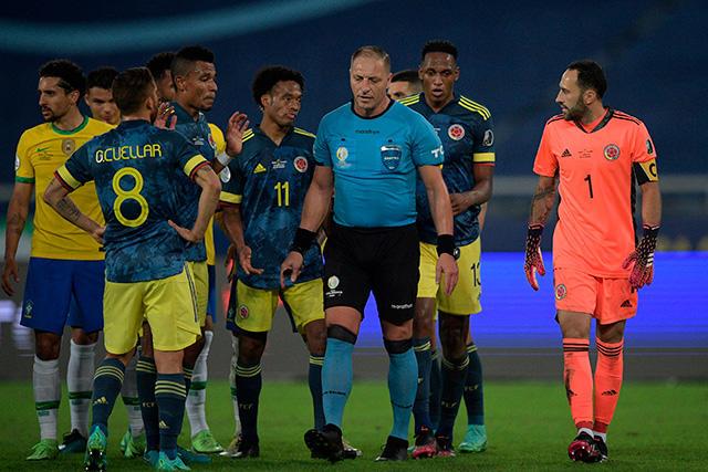 Jugadores de Colombia le reclaman al árbitro el gol de Firmino