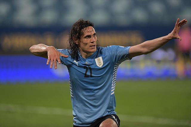 Edinson Cavani celebra su gol ante Bolivia