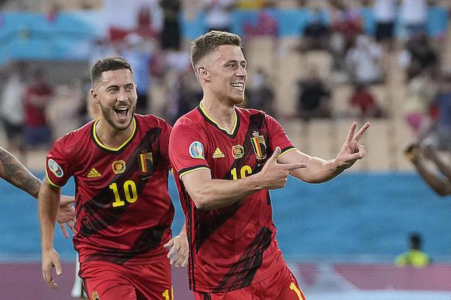 Thorgan Hazard festeja su gol contra Portugal, con su hermano Eden en el fondo