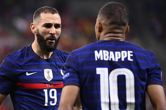 Benzema celebra con Mbappé su segundo gol ante Suiza