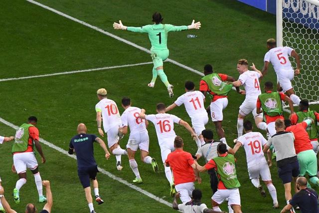 Sommer celebra el pase de Suiza en penales