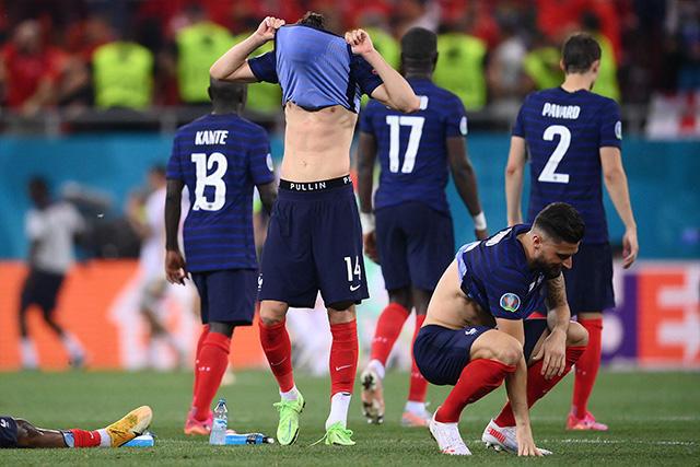 Jugadores de Francia se lamentan tras quedar eliminados