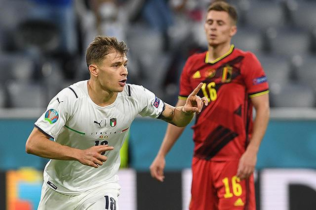 Barella celebra el primer gol de Italia ante Bélgica