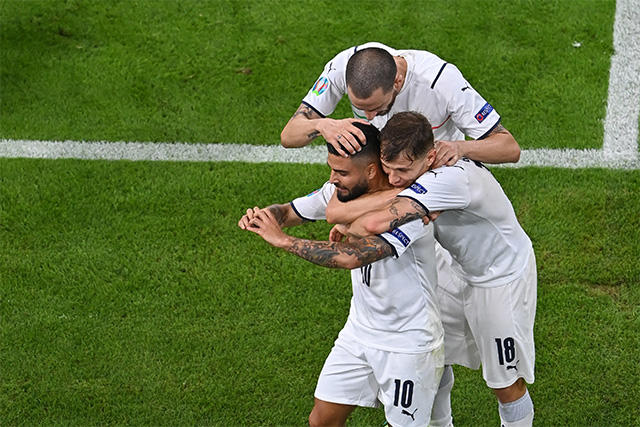 Insigne celebra con sus compañeros el gol del triunfo ante Bélgica