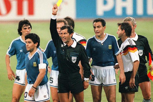 Edgardo Codesal le muestra la tarjeta amarilla a Maradona en la final de Italia 90