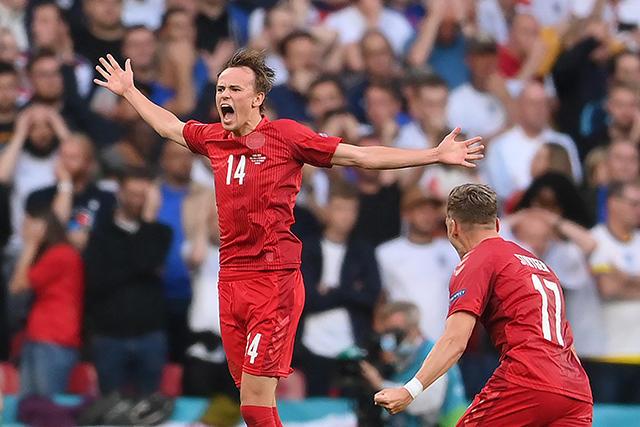 Damsgaard hizo un golazo de tiro libre ante Inglaterra