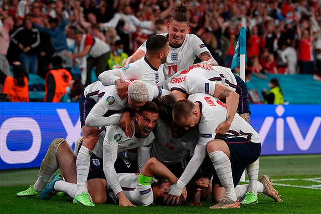 Cachan a aficionada inglesa en el estadio y la despiden